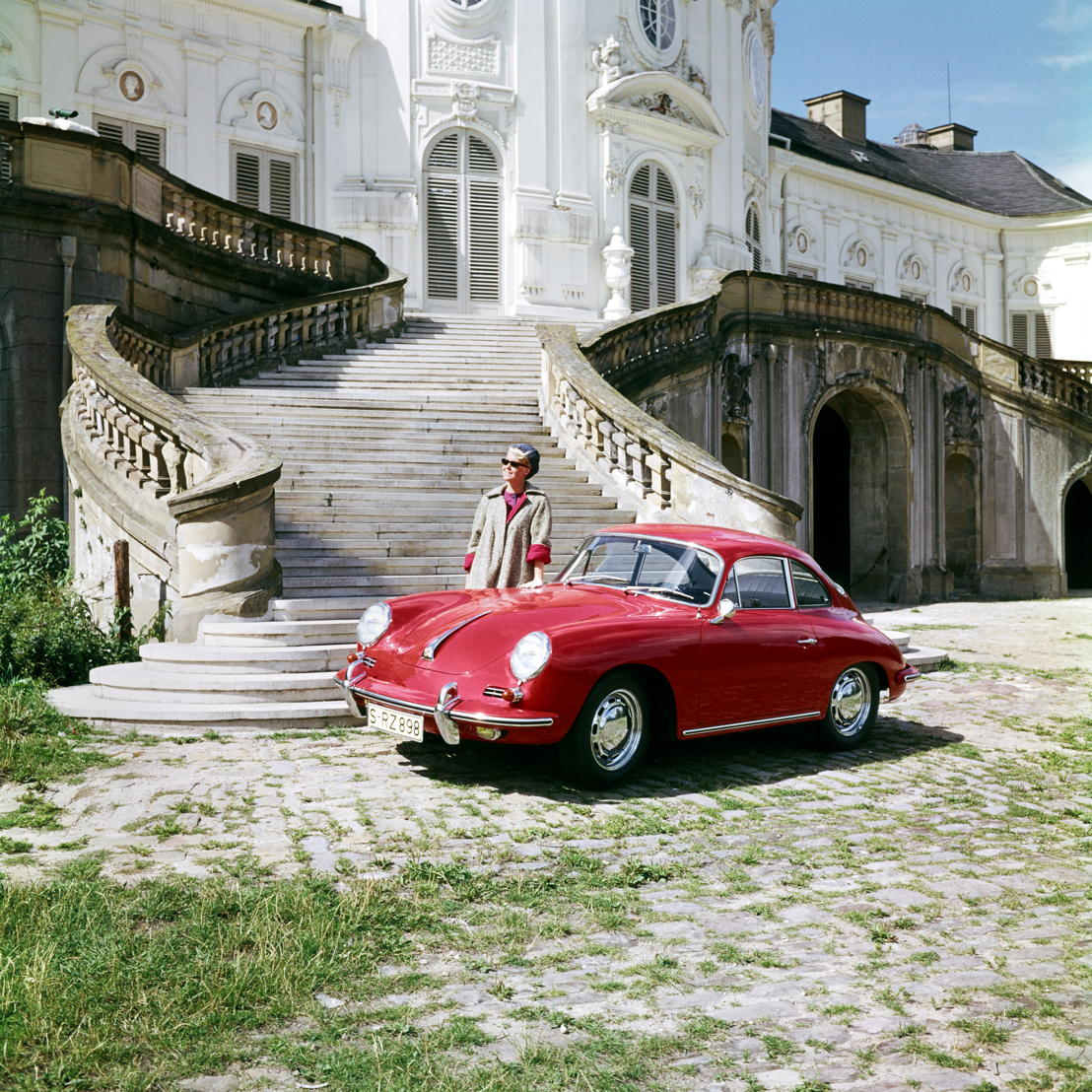 1963. El estand del Salón Internacional del Automóvil de Fráncfort también presenta la nueva serie de modelos Porsche 356 C