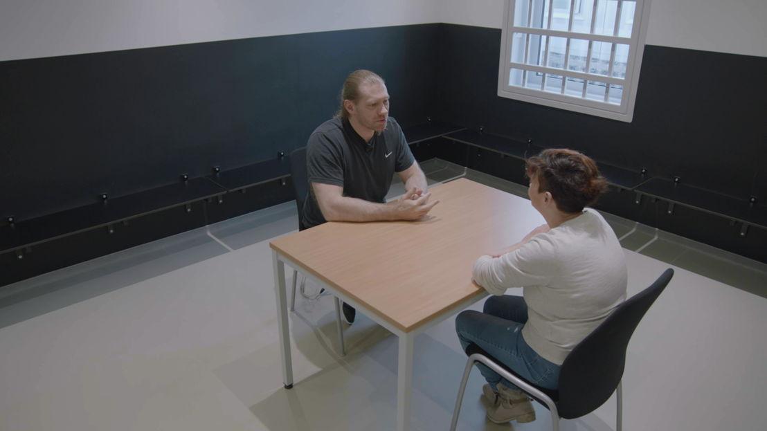 Annemie Van Camp en Ivan Vissers in gesprek - (c) VRT