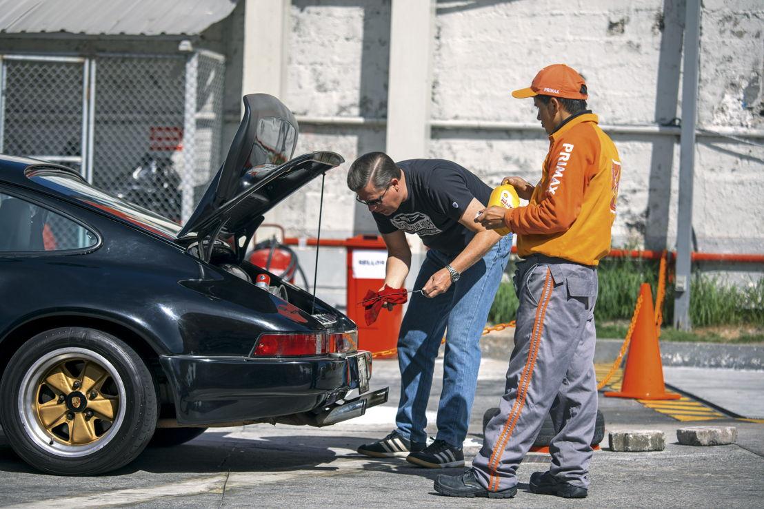 Midiendo el nivel de aceite de un Porsche