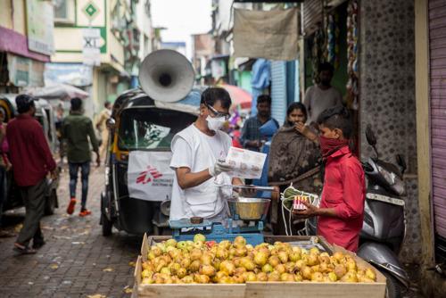 Hacinados, densamente poblados y arruinados: las dificultades para contener la COVID-19 en los suburbios de Bombay
