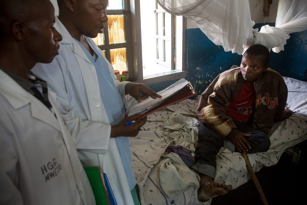 Surgeon Isaac Bahati CHUMA is consulting a patient. Mweso General Hospital at the border between the Masisi and Rutshuru territories in the North Kivu province of the Democratic Republic of the Congo, February 7, 2017. Photographer: Gwenn Dubourthoumieu