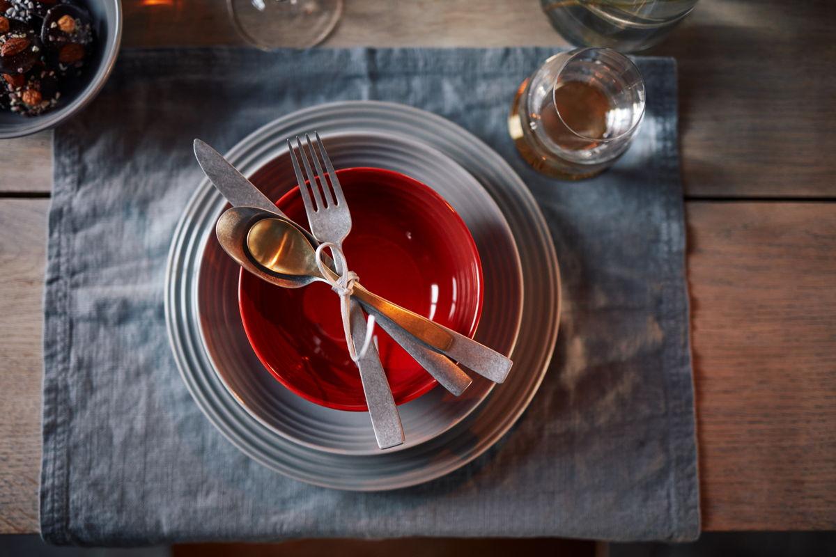 Een mooi gedekte tafel met het servies van Le Creuset.