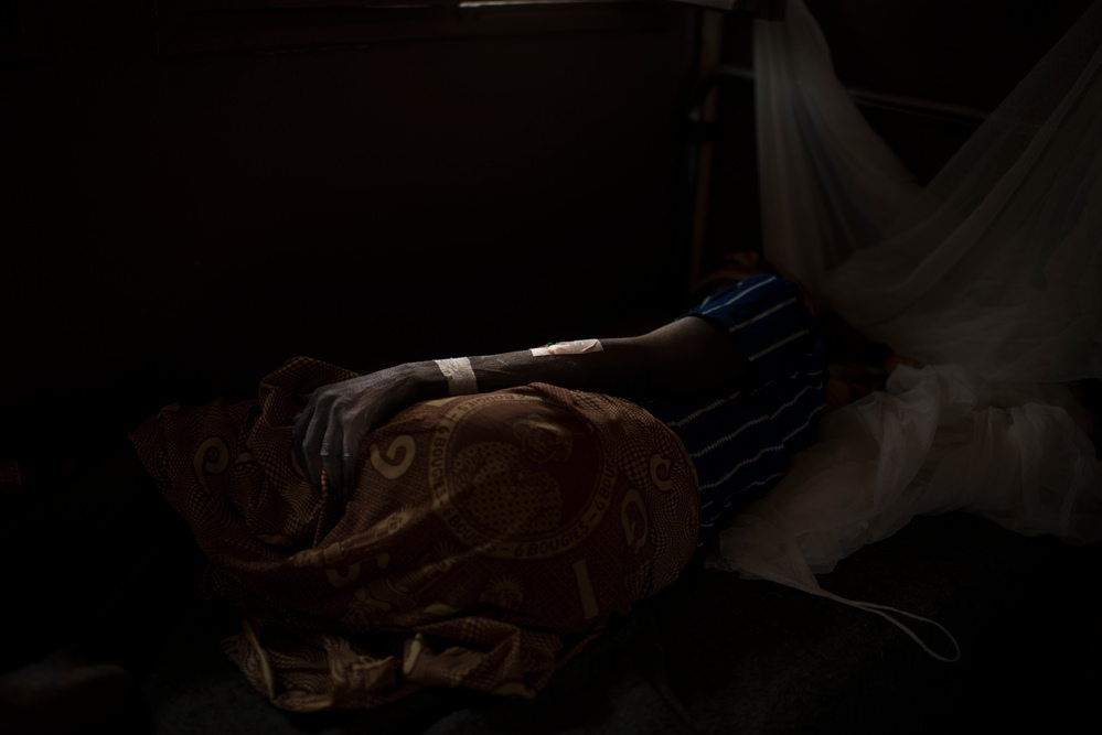 Thérèse Erede, 45, wounded by gunfire. Bambari's hospital. Photographer: Colin Delfosse/Ouf of Focus