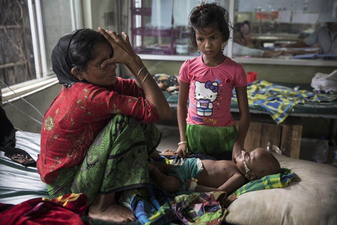 폐렴을 앓고 있는 8개월짜리 아들을 두고<br/>울고 있는 아이 어머니. ©Paula Bronstein/MSF