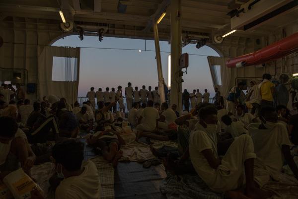 """Preview: """"Necesitamos ya un lugar seguro para desembarcar a las 322 personas rescatadas"""""""