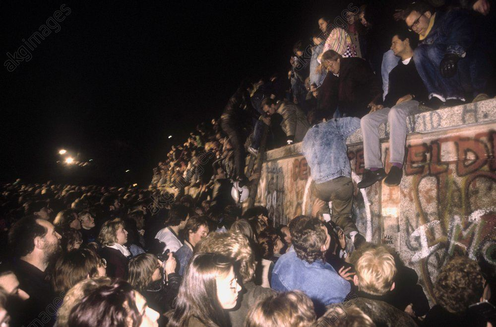 East and West Berliners storm the Wall near the Brandenburg Gate; the night of 9–10 November 1989 / AKG72973