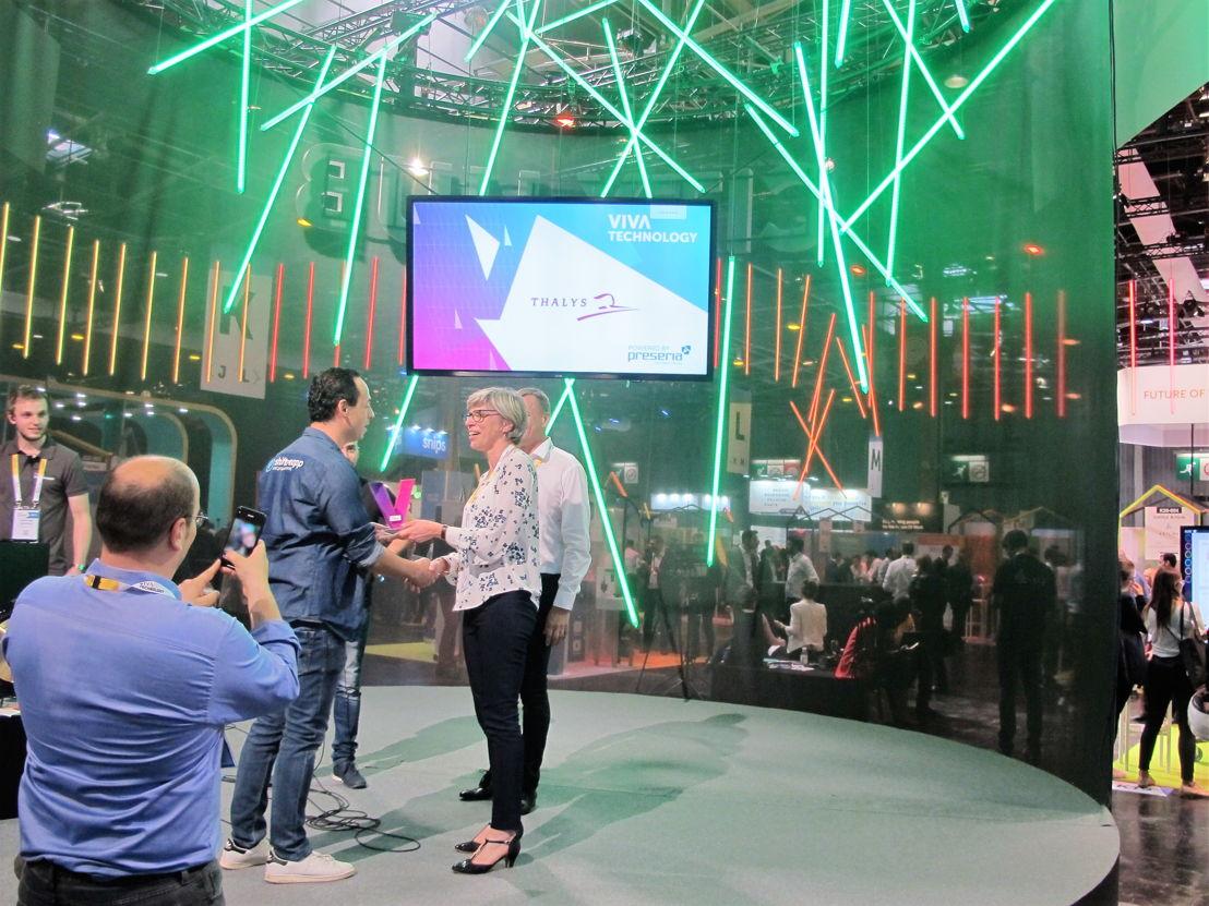 Le gagnant, SHIFTMEAPP, reçoit les félicitations d'Agnès Ogier, CEO de Thalys.