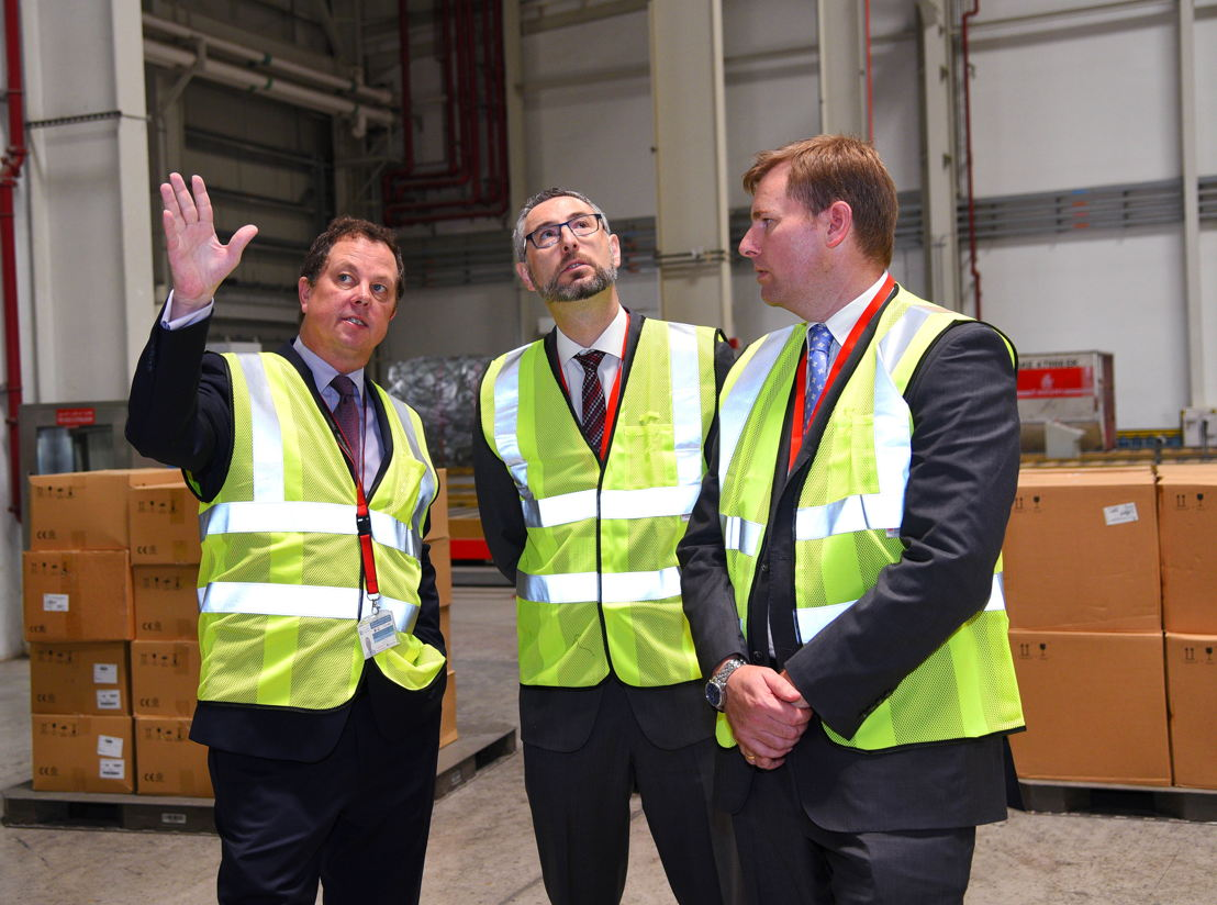 Australian Ambassador to the UAE (centre) at Emirates SkyCargo's Cool Chain facilities.