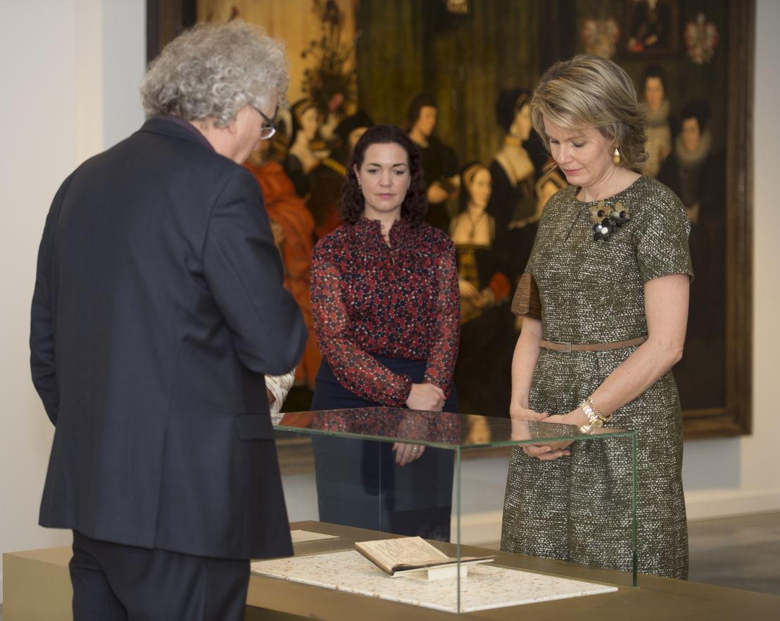 Koningin Mathilde en curator Jan Van der Stock bij de eerste druk van &#039;Utopia&#039; van Thomas More<br/>(c) Rudi Van Beek