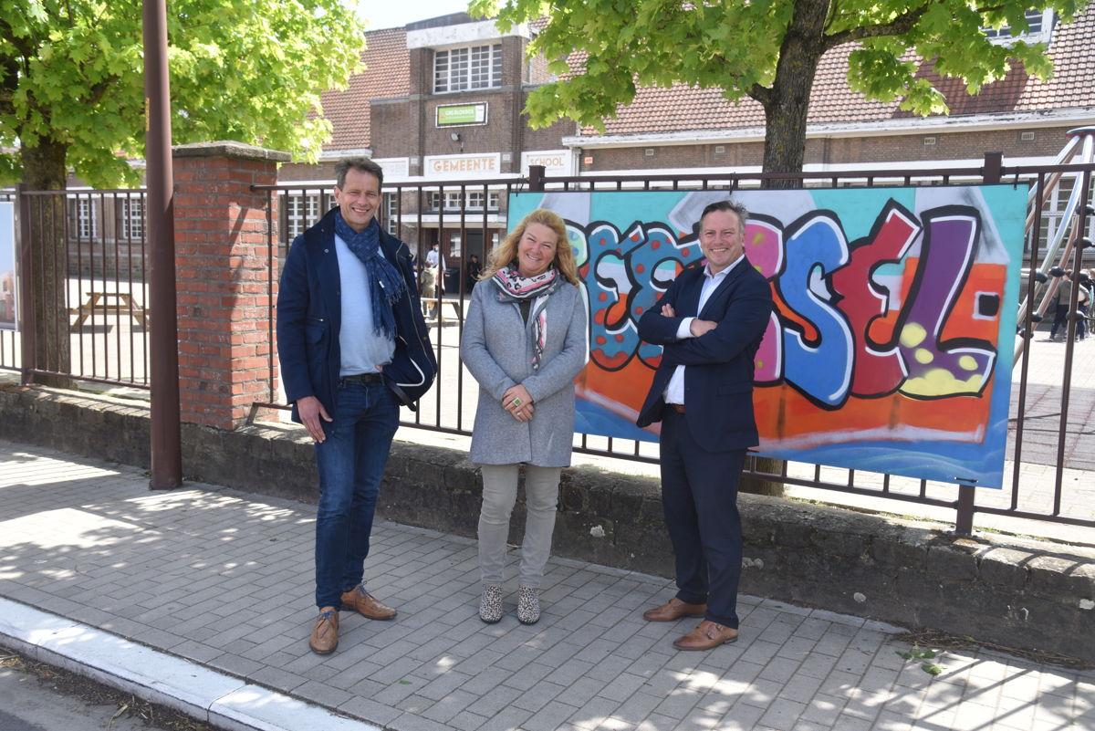 Gedeputeerde Gunther Coppens en schepenen Elsie De Greef en Jo Vander Meylen aan GBS Blokbos uit Beersel, een school die deelneemt aan het lerend netwerk voor taalbuddy