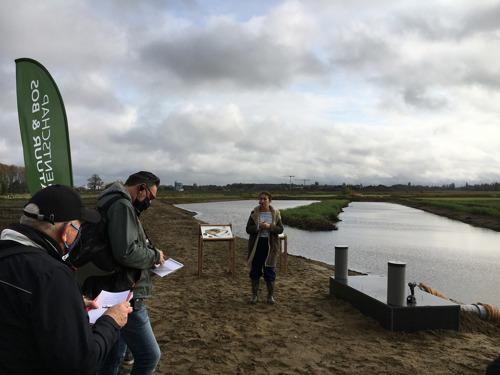 Minister Zuhal Demir bouwt mee aan eerste schuilplaats voor otter in de Polders van Kruibeke