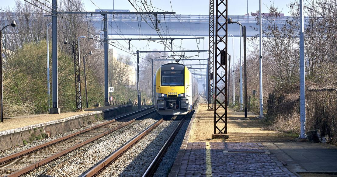 NMBS en Infrabel zetten alles in om vanaf 4 mei het treinaanbod aanzienlijk te verhogen om de reizigers in de best mogelijke omstandigheden te kunnen ontvangen. Het dragen van het mondmasker wordt verplicht in de stations, op het perron en in de treinen.