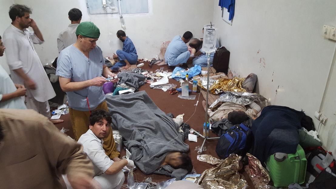 Une salle de soins improvisée après le bombardement de l'hôpital dans la nuit du 3 octobre 2015