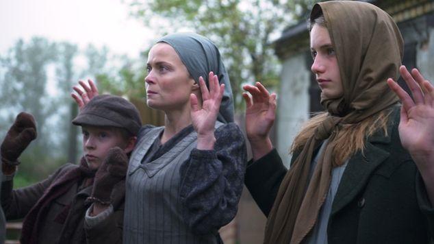 Kleine handen in een grote oorlog - Aflevering 2 - De vlucht (Belgische aflevering) - Caro Witpas als Justine Verbeeck - (c) VRT - Looks