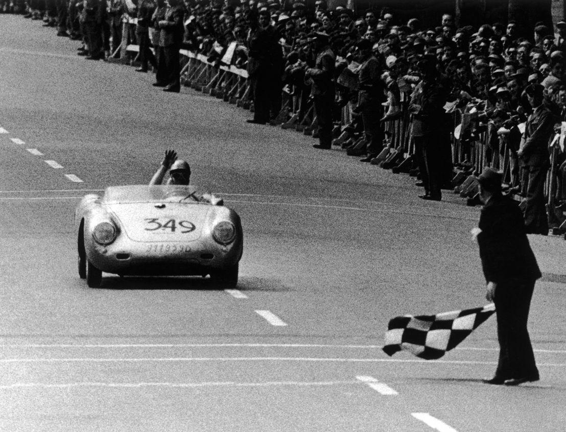 1957. En mayo Umberto Maglioli, a bordo de un Porsche 550 A Spyder se une a la parrilla de la última Mille Miglia. Obtiene la victoria en su categoría y el quinto puesto en la clasificación general