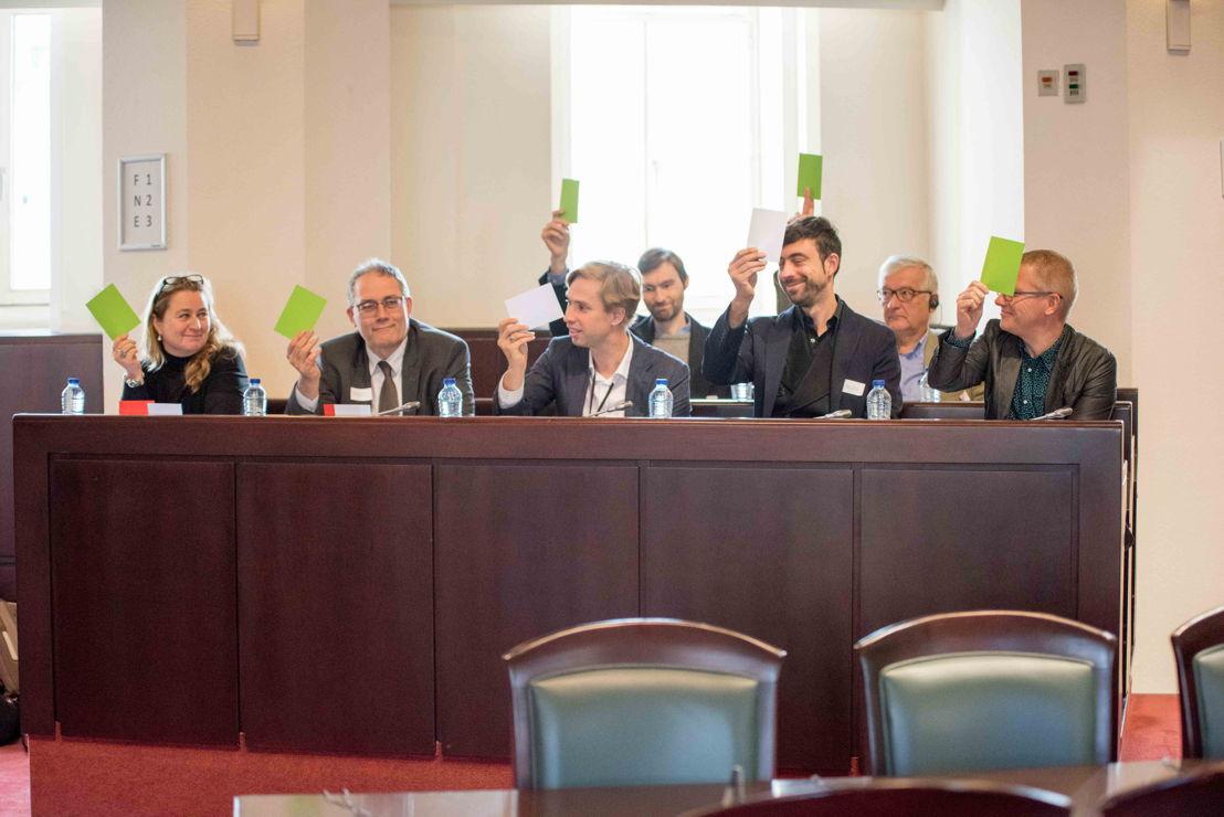 de g. à d. Annemie Maes (Groen), Raf Suys (CD&V), Bert Wollants (N-VA), Willem-Frederik Schiltz (Open VLD), Georges Gilkinet (Ecolo) et derrière: Gaëtan Dubois (PVDA), Michel De Lamotte (CDH)