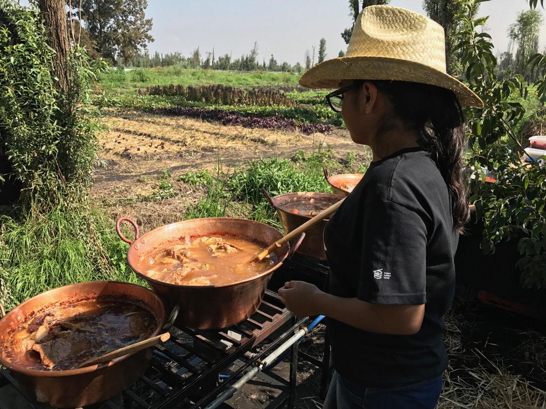 Preparando el desayuno típico mexicano