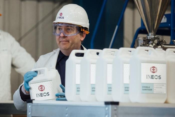 INEOS komt zijn belofte van tien dagen na en start de productie van een miljoen flessen handreiniger per maand in het Verenigd Koninkrijk