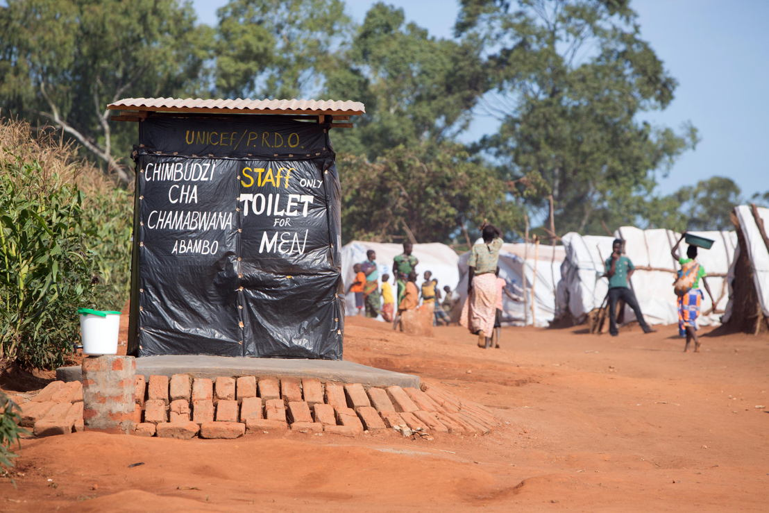 Over 5.800 Mozambican nationals have camped in the village of Kapise 2 in Malawi after fleeing their homes in Mozambique, the majority of them women, children and the elderly. They are living in precarious conditions well below the internationally recognized humanitarian standards. Water and sanitation are particularly acute problems, with 14 latrines available, well below the 290 that would be in accordance with humanitarian emergency standards. © James Oatway / MSF