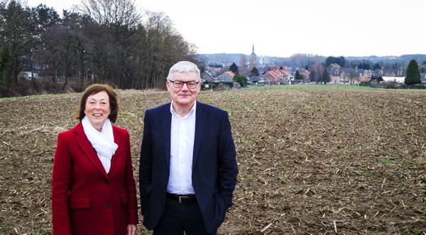 Burgemeester André Peeters en gedeputeerde Monique Swinnen aan de akkers boven het centrum van Rillaar.