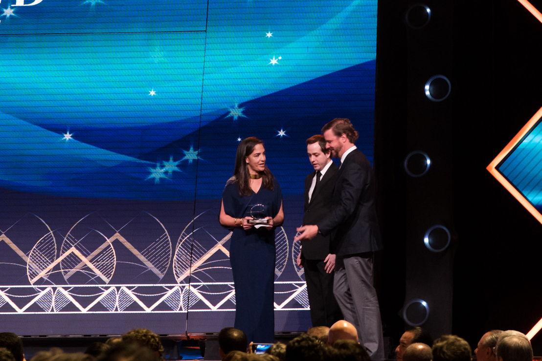 Bertha González Nieves recibiendo el premio Endeavor de Orgullo Mexicano