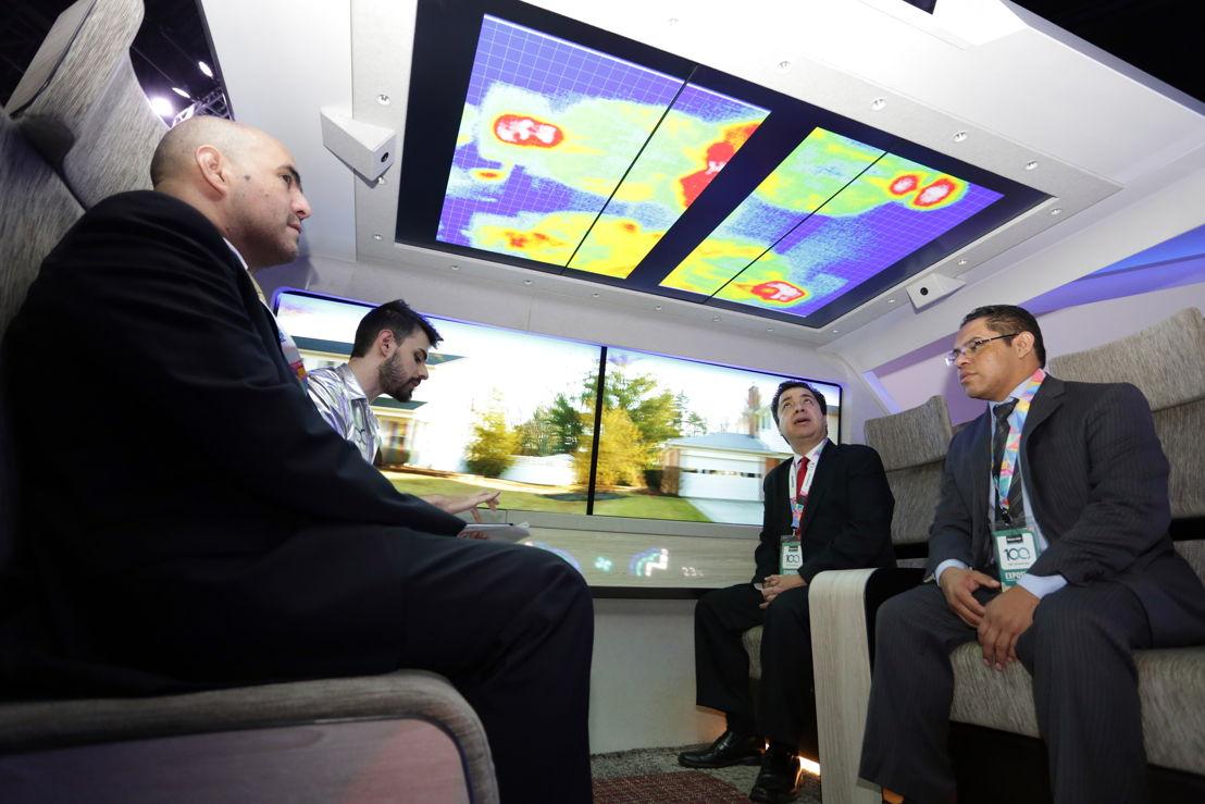 Interior del vehículo autónomo con sistemas de infoentretenimiento de Panasonic