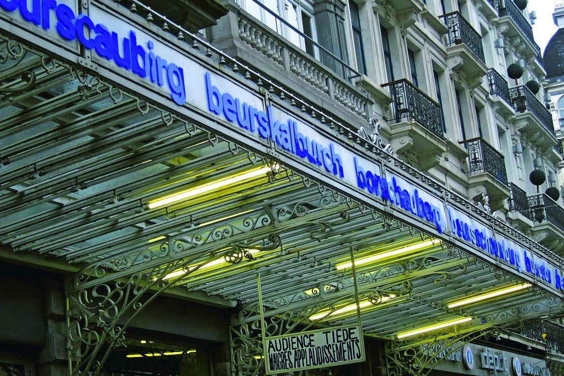 What people say, David Helbich, installatie op de luifel van de Beursschouwburg, 2012. Hoe spreken anderstaligen het woord 'Beursschouwburg' uit? Foto David Helbich