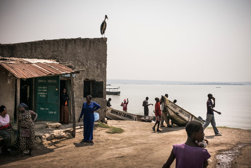 MSF teams go door-to-door to test people for HIV in Katwe, Uganda. Photographer: Guillaume Binet/MYOP
