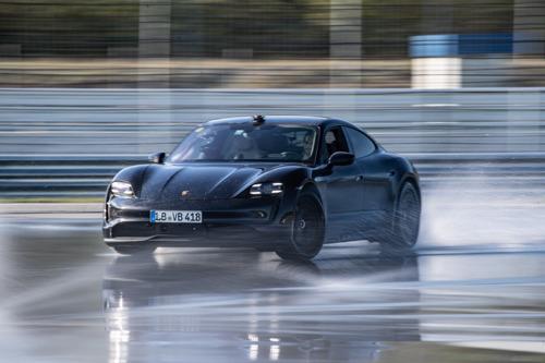 Elektrische sportwagen voltooit driftmarathon op Hockenheimring