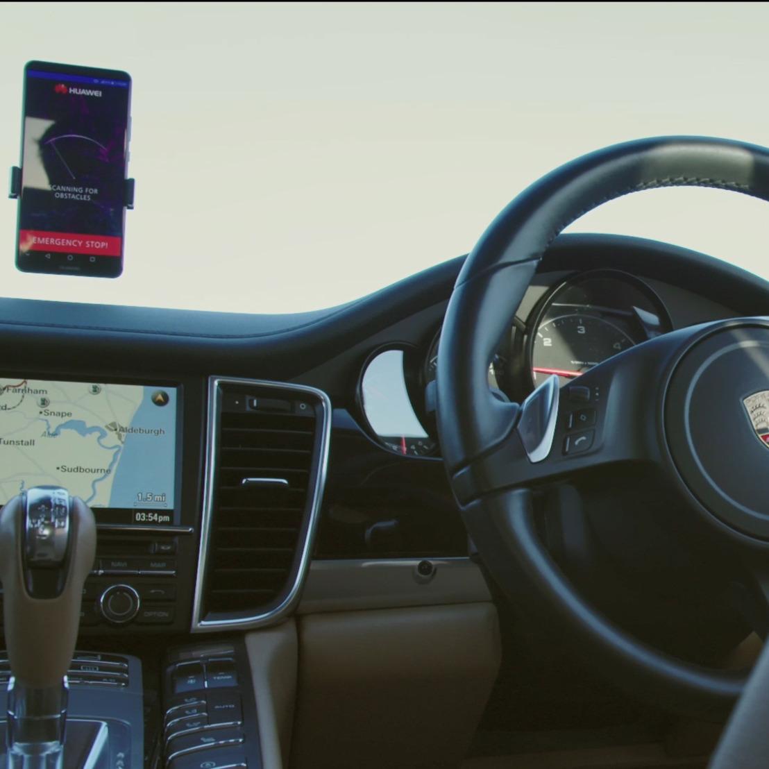 Huawei onthult eerste zelfrijdende auto die door AI-smartphonetechnologie zijn omgeving begrijpt