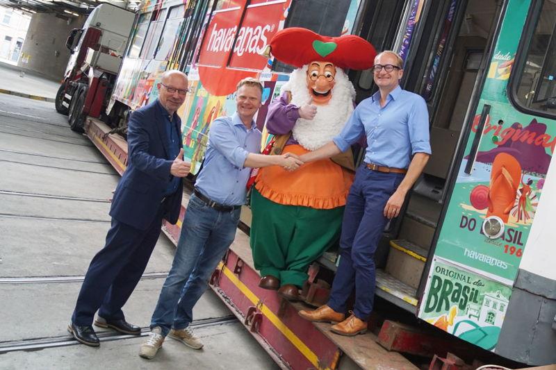 (vlnr) Roger Kesteloot (directeur-generaal De Lijn), Steve Van den Kerkhof (CEO Plopsa Group), kabouter Plop, Ben Weyts (Vlaams minister van Mobiliteit)