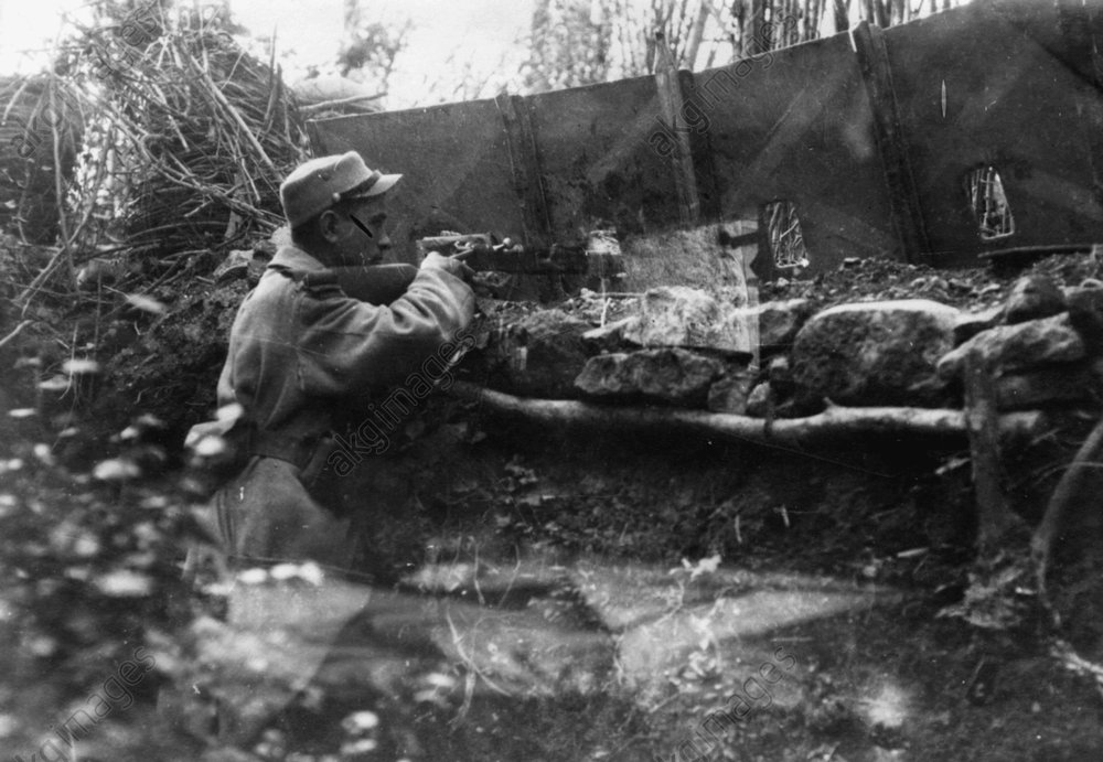 Trench warfare in Aisne 1917/18: A French gun position in a trench.<br/>AKG157823