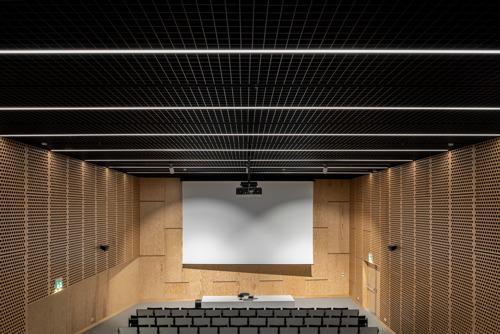 Roosterplafonds van Hunter Douglas Architectural dragen esthetisch en akoestisch bij aan auditoria en lokalen Erasmushogeschool Brussel