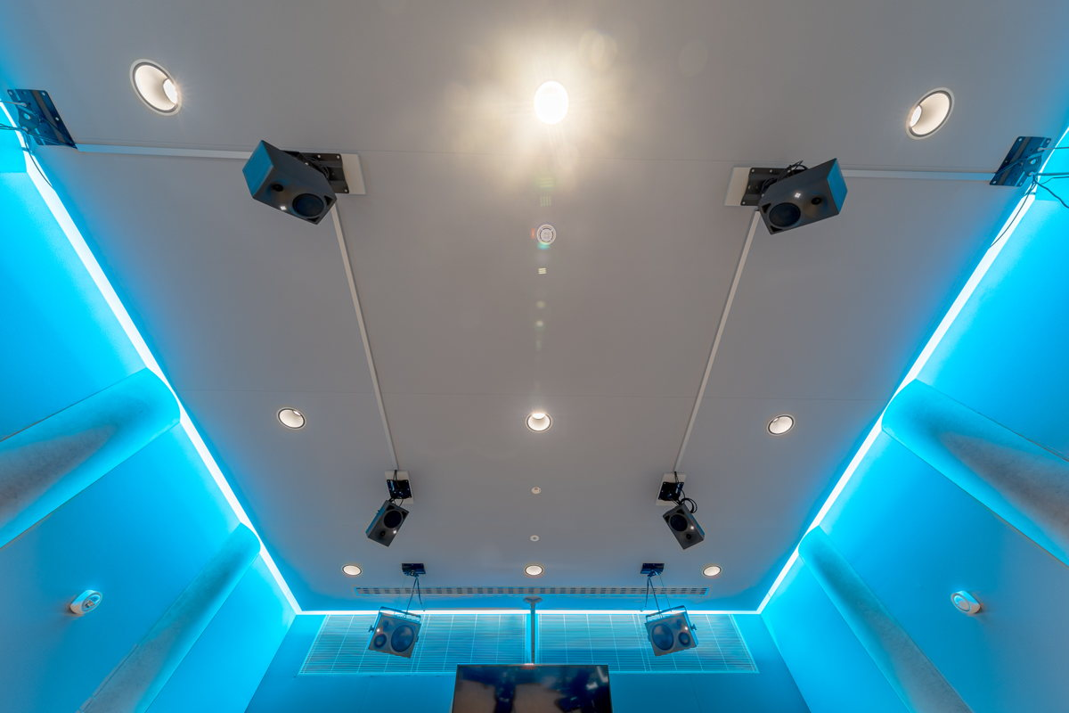 The ceiling of the 3D control room: on the elevated loudspeaker level, the inner loudspeaker circuit consists of four Neumann KH 120 for the reproduction of Dolby Atmos