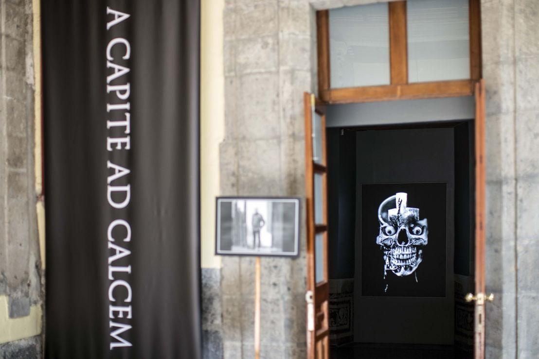 """El Palacio de la Escuela de Medicina de la UNAM, la productora audiovisual Toloache y Panasonic colaboran en la exhibición multimedia """"A Capite Ad Calcem"""", una muestra que une la historia de la medicina y sus avances científicos con el arte. La exhibición está basada en el libro titulado A capite ad calcem, con imágenes del fotógrafo Michel Zabé."""