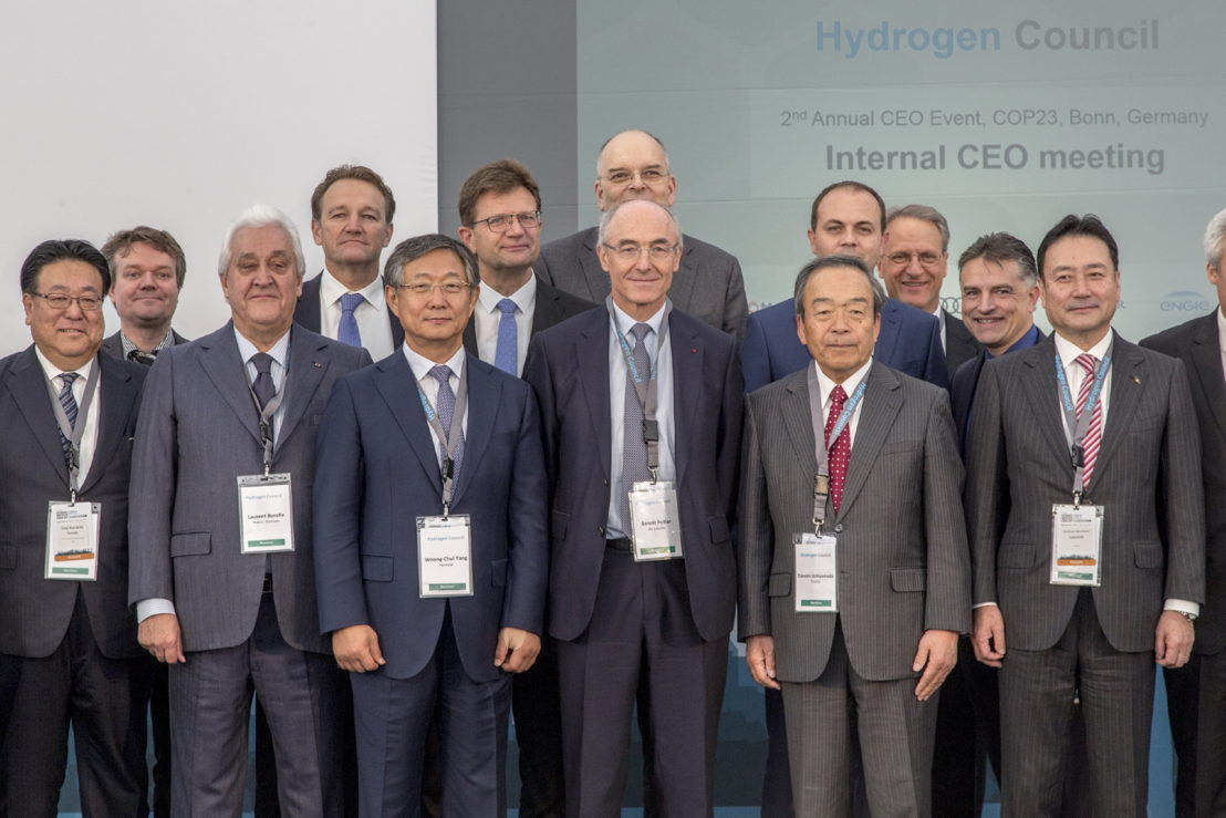 (first row from left) Seiji Kuraishi, COO at Honda, Laurent Burelle, Chairman & CEO at Plastic Omnium, Woong-chul Yang, Vice Chairman at Hyundai Motor Company, Benoit Potier, CEO at Air Liquide, Takeshi Uchiyamada, Chairman at Toyota, Yoshinori Kanehana, CEO at Kawasaki (second row from left) Steinar Eikaas,Head of Low Carbon Solutions at Statoil, Franck Bruel, Executive Vice-President at Engie, Klaus Frolich, Member of the Board of Management of BMW AG at BMW Group, Stijn Van Eljs, CEO at Shell Holding GmbH, Jochen Hermann, Vice President at Mercedez-Benz (Daimler), Gary P. Stottler, PE Manager, Global Fuel Cell Business at GM, Charles E Freese, Executive Director, Global Fuel Cell Business at GM