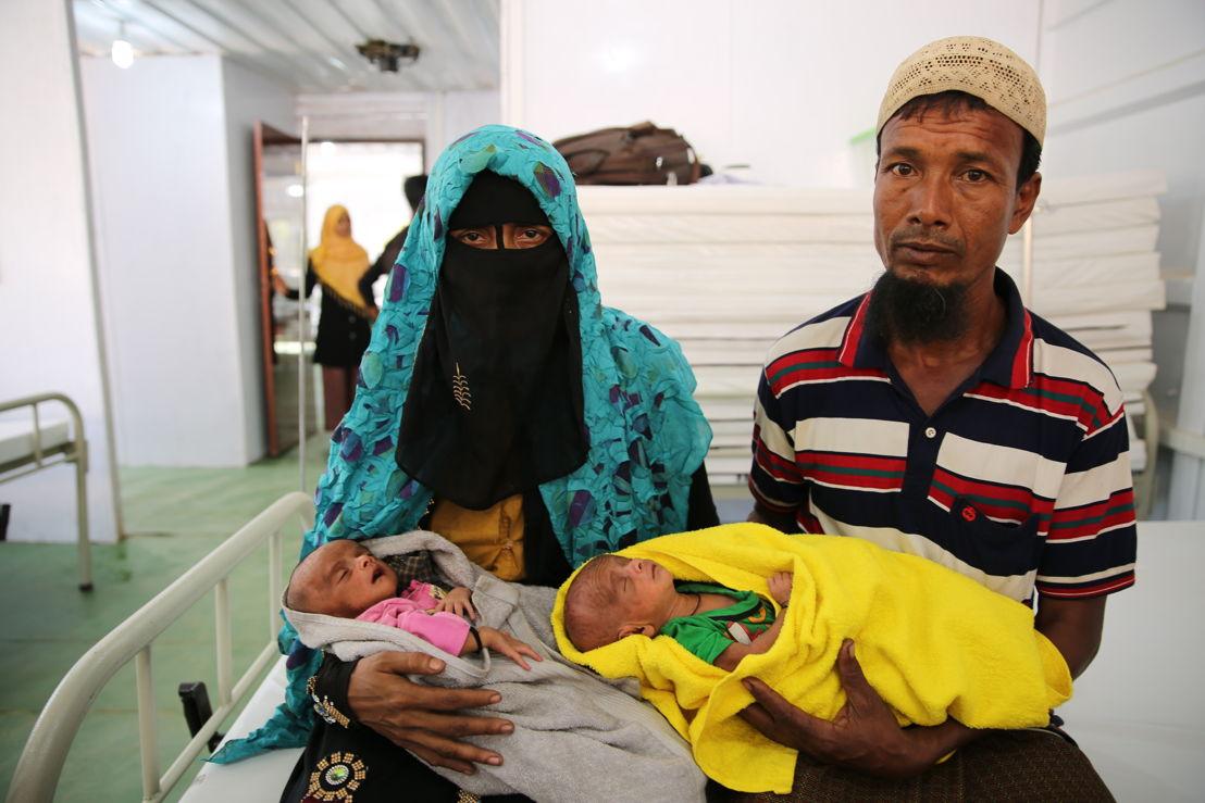 최근 쌍둥이를 낳은 로힝야 난민 부부. 생후 22일의 두 아이는 방글라데시 내 국경없는의사회 병원에서 태어났다. 심각한 영양실조 상태며, 폐렴과 호흡기 이상 현상을 보이고 있다. [사진=모하메드 가남/국경없는의사회]