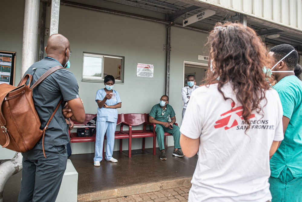 The 8.30 AM Doctors' meeting during the peak of the second COVID-19 wave at Ngwelezana Tertiary Hospital in South Africa's KwaZulu-Natal Province. Photographer:  MSF/Chris Allan