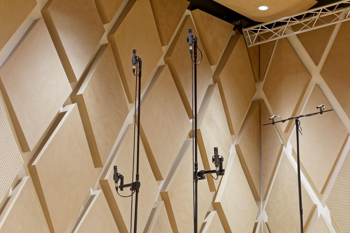 Das Mikrofon-Array mit vier Sennheiser MKH 800 TWIN Studio-Kondensatormikrofonen hört auf die Bezeichnung TWIN Square. Die Doppelkapseln (Front-/Rear-Wandler mit nierenförmiger Richtcharakteristik) verteilen sich auf zwei Höhenebenen. Rechts sind zwei an einem T-Bar montierte Sennheiser HF-Kondensatormikrofone MKH 8090 zu sehen, die Signale für die künstliche Nachhallzeit-verlängerung liefern