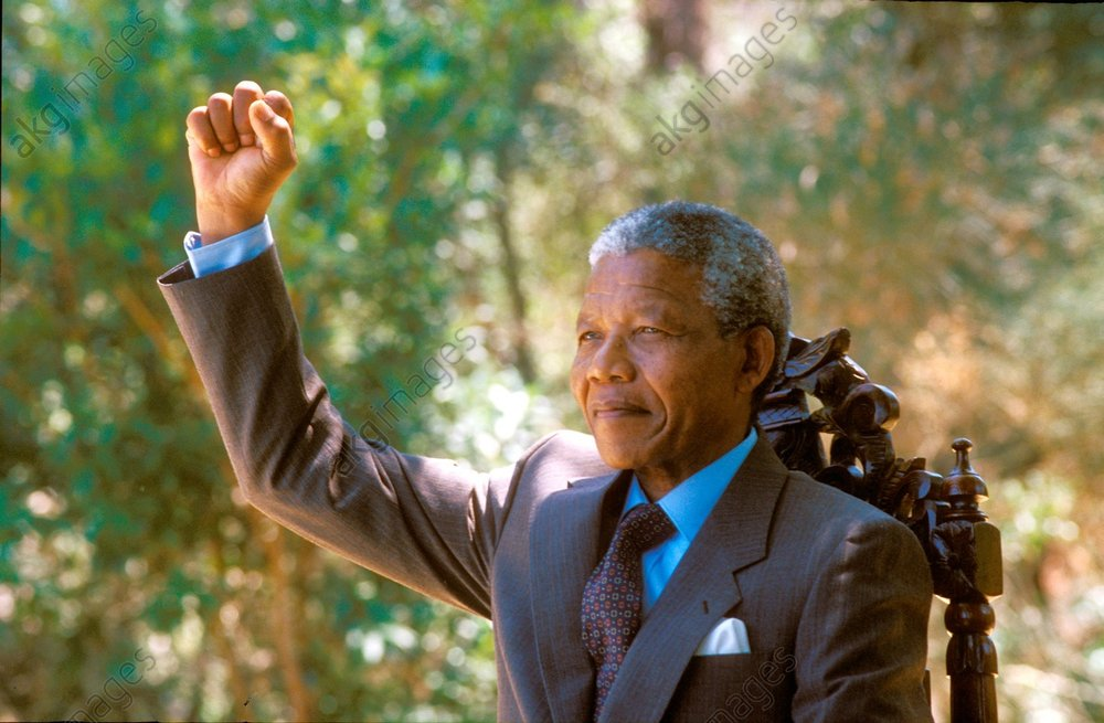Nelson Mandela an the day of his release (11 February 1990) in the home of Archbishop Desmond Tutu in Cape Town. Photo, 12 Feb. 1990 (Paul Weinberg)<br/>AKG825231
