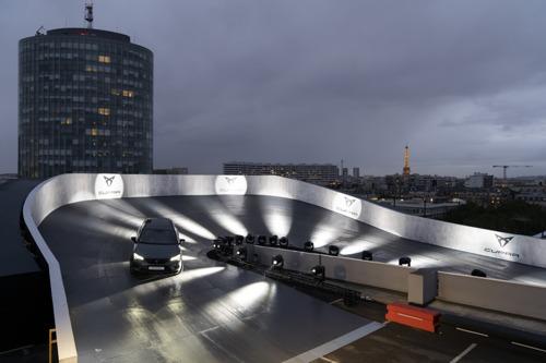 CUPRA zoekt het hogerop met een racecircuit op een dak in Parijs