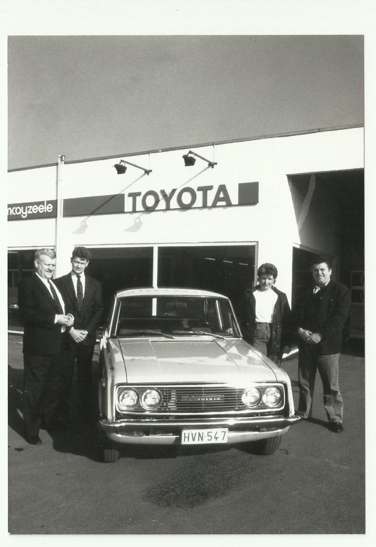 De eerste Belgische klant neemt zijn<br/>Toyota Corona in ontvangst (1966)
