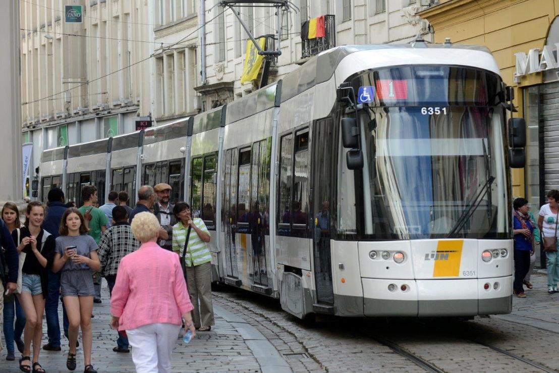 Reizigers stappen op de tram