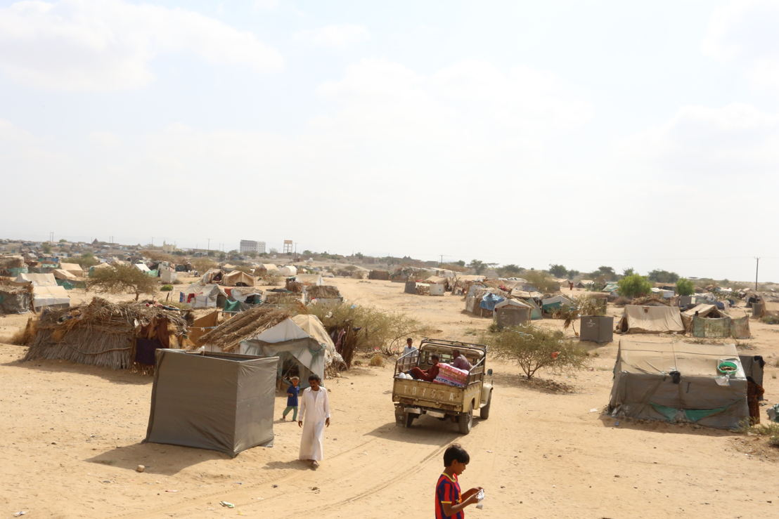 Unlike in other places, there are no big and structured camps for internally displaced people (IDPs) in Abs: they are generally living in informal settlements – sometimes close to villages/towns, sometimes detached. The usual pattern in the region is groups of households in rudimentary accommodations spread near main roads or deserted areas. Many people are willing to sacrifice their wellbeing and access to services, just to be the furthest possible from ground fighting and airstrikes. Photographer: Redhwan Aqlan. Date photo taken: 21 December, 2016