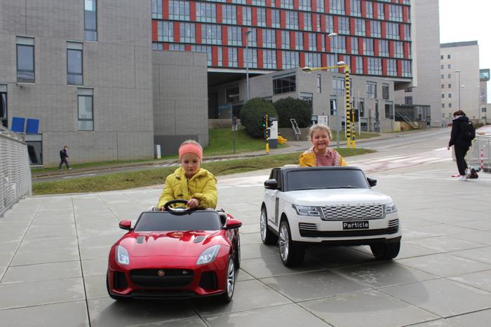 Jonge kankerpatiëntjes van UZ Leuven rijden voortaan naar behandeling in elektrische wagentjes van Jaguar Land Rover