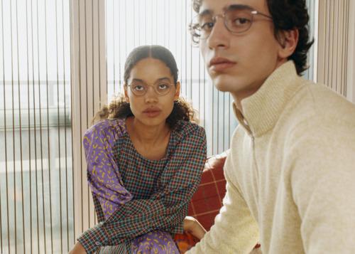 Des lunettes bicolores en acier inoxydable, un modèle tendance pour les amateurs de colorblocking