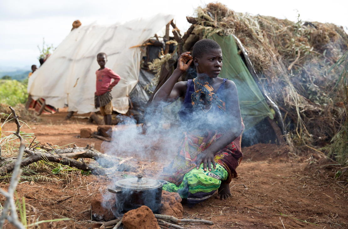 A 22 year old woman tends to a fire. Over 5.800 Mozambican nationals have camped in the village of Kapise 2 in Malawi after fleeing their homes in Mozambique. The overcrowding and the nature of the makeshift constructions in the camp, made of foraged wood and grass, make it a fire hazard. © James Oatway / MSF