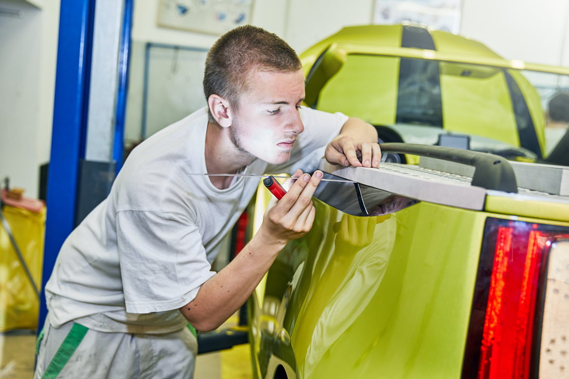 The 22 trainee engineers come from nine different professional fields – among them body painters, car electricians, body makers, motor mechanics and logistics specialists.