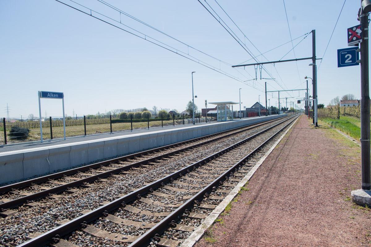 In het station van Alken is de eerste helft van perron 1 (links op de foto) reeds vernieuwd © NMBS