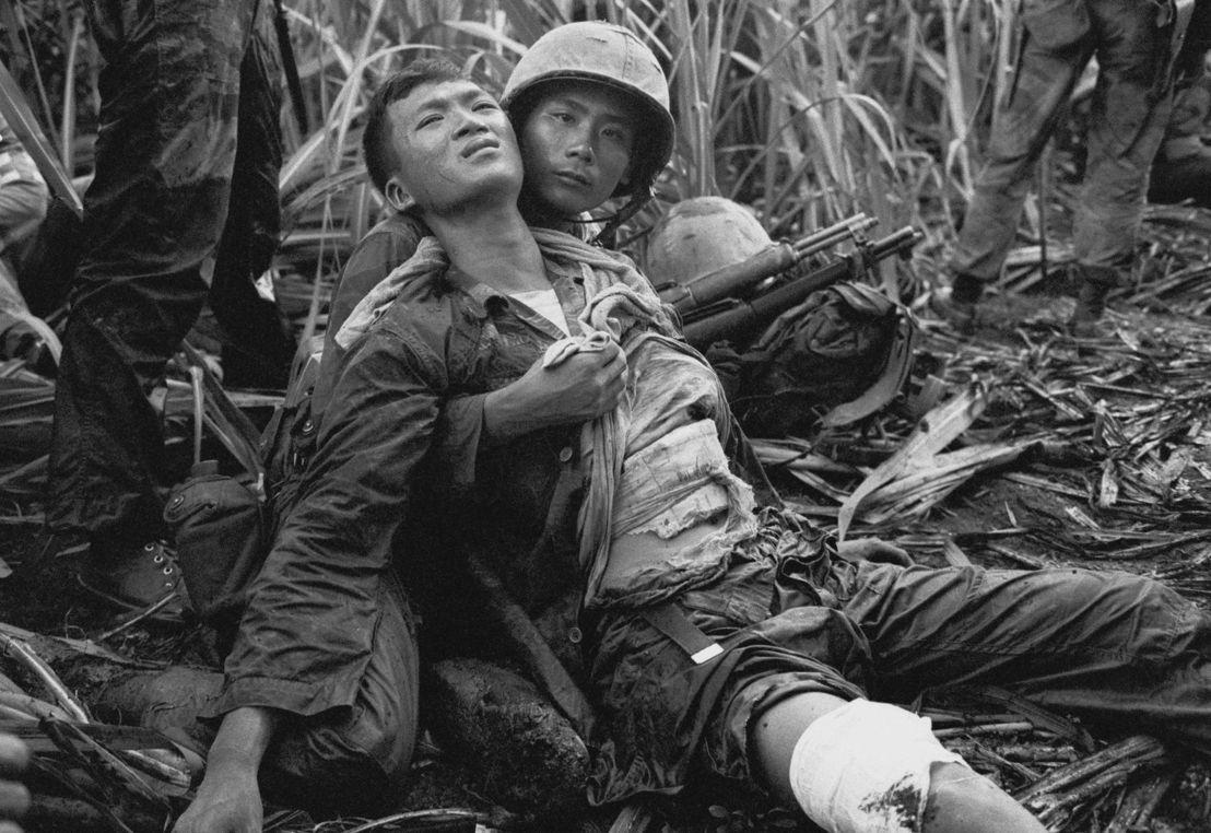 The Vietnam War - Aflevering 8: Zuid-Vietnamese soldaten helpen gewonde - (c) AP Images